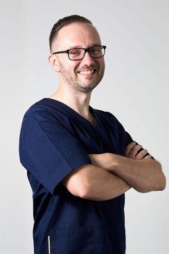 LEK-DENT-MACIEJ-OPACH-Specjalista-chirurgii-szczek-m